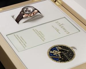 OMEGA(オメガ) スティーブン・ホーキンス メダルの受賞者へ、オメガが特別なスピードマスターを贈呈