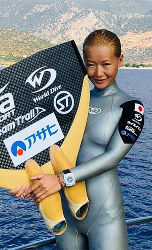 HANAKO(廣瀬花子)がファーブル・ルーバの「レイダー・バシィ 120 メモデプス」を着用し、フリーダイビング世界選手権で金メダルを獲得
