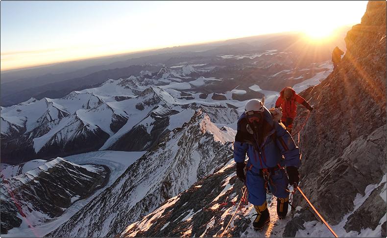 世界初、高度9,000mを測定できる機械式腕時計「レイダー・ビバーク 9000」。エベレストや南極でその機能を証明